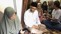 Gus Ipul temui keluarga korban pesawat Lion Air jatuh. (Liputan6.com/Dian Kurniawan)