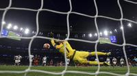 Kiper Tottenham Hotspur, Hugo Lloris, menghalau bola tendangan penalti striker Manchester City, Sergio Aguero, pada laga Liga Champions di Stadion Tottenham Hotspur, Selasa (9/4). Tottenham menang 1-0 atas City. (AP/Adam Davy)