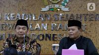 Wakil Ketua MPR periode 2019-2024, Hidayat Nur Wahid didampingi Ketua Fraksi PKS Jazuli Juwaini (kiri) memberikan keterangan pers terkait penandatanganan petisi usulan dibentuk Pantia Khusus (Pansus) Jiwasraya di Kompleks Parlemen, Senayan, Rabu (15/1/2020). (Liputan6.com/Johan Tallo)