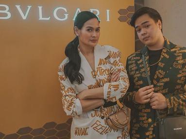 Donna dan Jeje mengenakan jas matching yang berbeda warna saat menghadiri salah satu acara brand ternama. (Liputan6.com/IG/@jejesoekarno)