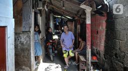 Aktivitas warga di permukiman padat penduduk di kawasan Cakung, Jakarta, Senin (15/2/2021). Hasil survei Badan Pusat Statistik (BPS)  pun memperlihatkan kenaikan jumlah penduduk miskin di perkotaan lebih tinggi dibandingkan dengan perdesaan. (merdeka.com/Iqbal S Nugroho)