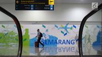 Seorang calon penumpang melintas di terminal baru Bandara Internasional Ahmad Yani Semarang, Jawa Tengah, Rabu (6/6). Terminal yang dibangun dengan investasi sebesar Rp2,2 triliun tersebut mulai beroperasi hari ini. (Liputan6.com/Gholib)