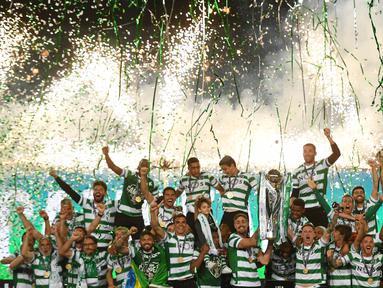 Sporting Lisbon akhirnya menyudahi dahaga gelar Liga Portugal yang sudah berlangsung 19 tahun lamanya. Mereka mengunci gelar musim ini setelah mengalahkan Boavista 1-0 di Stadion Jose Alvalade, Lisbon. (Foto: AFP/Patricia De Melo Moreira)