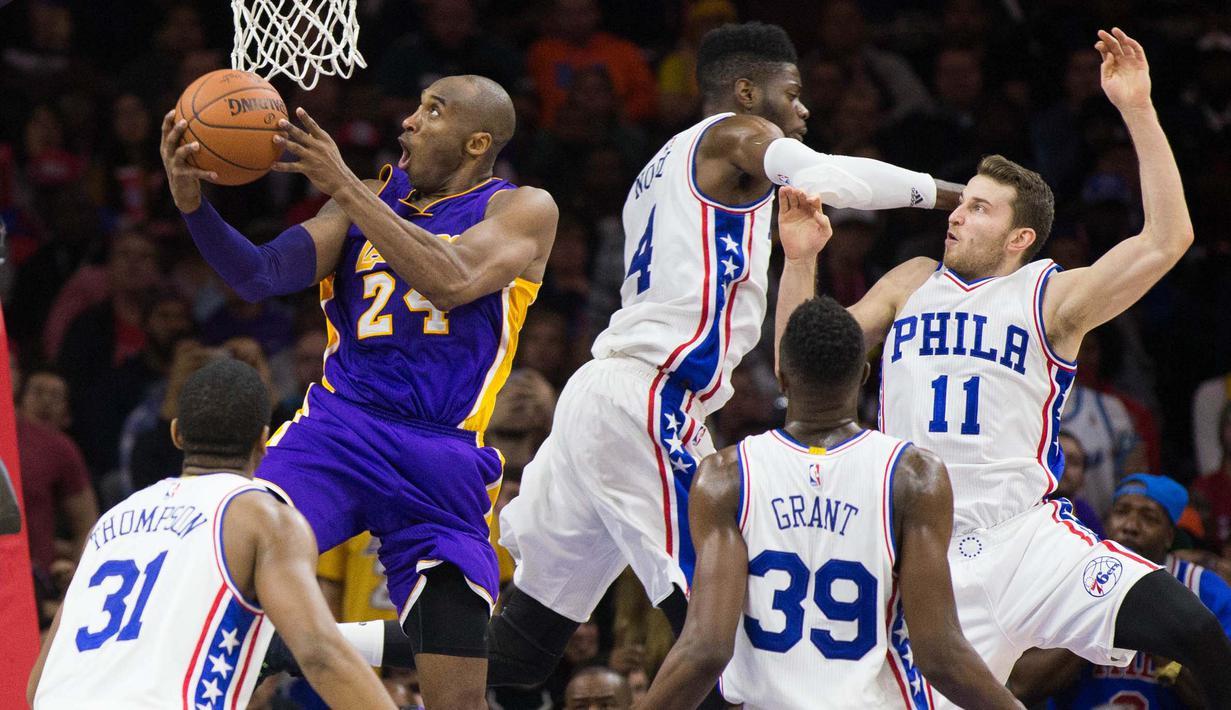 Bintang Los Angels Lakers, Kobe Bryant #24  melakaukan layup saat dihadang para pemain Philadelphia 76ers pada laga NBA di Wells Fargo Center, Philadelphia, Selasa (1/12/2015). 76ers menang atas Lakers 103-91. (Reuters/Bill Streicher-USA TODAY Sports)