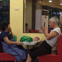 Tak kalah dari anak muda, pasangan tua tampak asyik menikmati sesi kencannya di sebuah sudut restoran. (Foto: facebook.com/ViralPhotosOfficial)