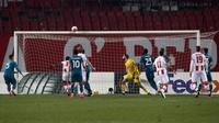 Unggul jumlah pemain, AC Milan gagal memperbesar keunggulan. Justru gawang Milan dibobol Milan Pavkov pada menit ke-90+3. Sampai laga berakhir, skor 2-2 tetap bertahan. (Foto: AP/Darko Vojinovic)