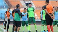 Aji Santoso memimpin latihan Persebaya Surabaya di Stadion Gelora Bung Tomo, Rabu (6/11/2019). (Bola.com/Aditya Wani)