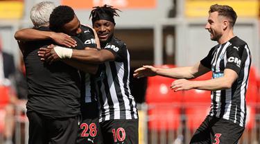 Pemain Newcastle United, Joe Willock (dua kiri) merayakan gol yang dicetaknya ke gawang Liverpool bersama sang manajer, Steve Bruce. (Foto: AFP/Pool/Paul Ellis)