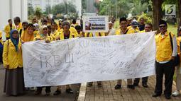 Ikatan Keluarga Besar UI (IKB UI) menggelar aksi solidaritas untuk dokter Robiah Khairani Hasibuan atau Ani Hasibuan di Kampus Universitas Indonesia, Jakarta, Jumat (17/5). Massa membentangkan spanduk berisi tandatangan dukungan untuk Ani Hasibuan. (Liputan6.com/Immanuel Antonius)