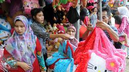 Suasana kios penjualan boneka di Ragunan, Jakarta, Minggu (27/12/2015). Pedagang mengaku omset penjualan pada Libur Natal kali ini melonjak 3x lipat dari pada biasanya. (Liputan6.com/Helmi Afandi)