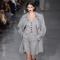 Model Kaia Gerber mengenakan busana Spring Summer 2020 koleksi Max Mara Spring Summer 2020 di Milan, Italia (19/9/2019). Gadis 18 tahun ini tampil memesona dengan lipstik gelap yang ia kenakan di atas catwalk. (AP Photo/Luca Bruno)