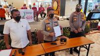 Kepala Polda Riau menunjukkan surat bebas Covid-19 palsu yang beredar di Bandara Pekanbaru. (Liputan6.com/M Syukur)