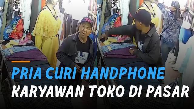 Terekam kamera cctv aksi nekat seorang pria curi handphone di sebuah toko di Pasar Aur Kuning, Bukittinggi, Sumatera Barat.