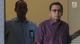 Wakil Presiden ke-11 Republik Indonesia, Boediono setelah menjalani pemeriksaan di Gedung KPK, Jakarta, Kamis (15/11). Boediono menolak memberikan keterangan terkait pemeriksaannya saat berhadapan dengan awak media. (Merdeka.com/Dwi Narwoko)