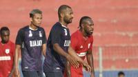 Aksi Boaz Solossa sebelum didepak Persipura saat mengalahkan Persik pada laga uji coba, 5 Juni 2021 lalu. Kini Boaz jadi andalan Borneo FC untuk menundukkan Persik pada pekan kedua BRI Liga 1 2021, Jumat (10/9/2021). (Bola.com/Gatot Susetyo)