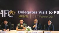 Sekjen AFC, Dato Windsor Jhon (kedua dari kanan), berkunjung ke Kantor PSSI untuk membicarakan kerja sama antara AFC dan PSSI. (Bola.com/Benediktus Gerendo Pradigdo)