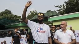 Pebasket Boston Celtics, Jaylen Brown, menyapa anak-anak saat Junior NBA Indonesia di SMA 82, Jakarta, Kamis (26/7/2018). Junior NBA merupakan program pembinaan olahraga basket secara global. (Bola.com/Vitalis Yogi Trisna)