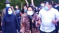 Wali Kota Surabaya Tri Rismaharini (Risma) membersihkan sampah saat demo pada Selasa, 10 November 2020 (Foto: Liputan6.com/Dian Kurniawan)