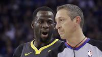 Forward Golden State Warriors Draymond Green (kiri) mempertanyakan keputusan wasit pada laga NBA melawan Denver Nuggets di Oracle Arena, Sabtu (23/12/2017) atau Minggu (24/12/2017) WIB. (AP Photo/Jeff Chiu)