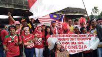 Suporter Timnas Indonesia dan Malaysia berfoto bersama menjelang duel semifinal SEA Games 2017, Sabtu (26/8/2017) di Stadion Shah Alam, Selangor. (Liputan6.com/Cakrayuri Nuralam)