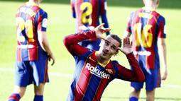 Penyerang Barcelona, Antoine Griezmann, melakukan selebrasi usai mencetak gol ke gawang Osasuna pada laga Liga Spanyol di Stadion Camp Nou,  Minggu (29/11/2020). Barca menang dengan skor 4-0. (AP/Joan Monfort)
