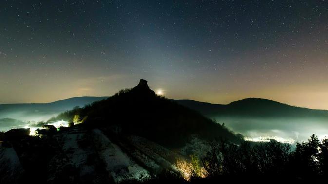 Cahaya bintang berwarna putih terlihat pada langit malam di Hajnacka, Slovakia, Kamis (7/2). Fenomena astronomi indah ini paling jelas terlihat pada bulan Februari dan Maret setelah matahari terbenam. (Peter Komka/MTI via AP)