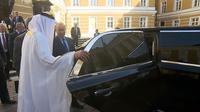 Presiden Rusia Vladimir Putin memamerkan limo terbaru kepada pangeran Abu Dhabi, Mohamed bin Zayed Al Nahyan saat kunjungannya di Moscow, Rusia. (Carscoops)