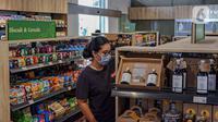 Pengunjung memilih produk Usaha Mikro, Kecil, dan Menengah (UMKM) yang dijual di M Block Market, Jakarta, Minggu (14/3/2021). M Block Market merupakan toko swalayan yang menjual 70 persen berbagai produk buatan dalam negeri. (Liputan6.com/Faizal Fanani)