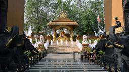 Pemandangan kuil Buddha Mahamevna yang sepi selama hari Waisak di bawah penerapan jam malam di Kaduwela, dekat ibu kota Sri Lanka, Kamis (7/5/2020). Waisak biasanua dirayakan dengan perayaan meriah, tapi kali ini jauh berbeda karena pandemi virus corona di seluruh dunia. (Ishara S. KODIKARA/AFP)