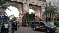 Polisi olah TKP di Perumahan Green Lake City, Tangerang usai aksi koboi dan penyerangan yang diduga dilakukan kelompok John Kei. (Liputan6.com/Pramita Tristiawati)