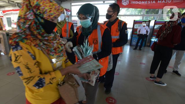 Pembagian Masker di Stasiun Tebet