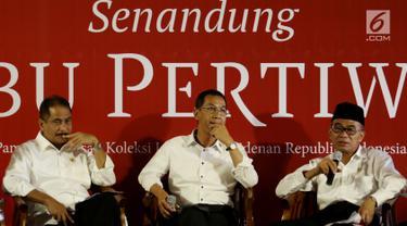 Mendikbud Muhadjir Effendy (kiri) dalam jumpa pers terkait pameran lukisan koleksi Istana Kepresidenan di Galeri Nasional Indonesia, Jakarta, Senin (31/7). Sepanjang Agustus, Istana Negara memamerkan 48 koleksi lukisannya. (Liputan6.com/Angga Yuniar)