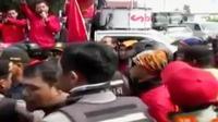 Buruh pabrik di Sidoarjo, bentrok dengan petugas keamanan pabrik.