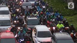 Kendaraan terjebak macet saat melintasi jalan Jenderal Sudirman Jakarta, Senin (16/3/2020). Peniadaan sementara aturan ganjil-genap  terkait dengan penyebaran virus corona Covid-19 membuat kemacetan terjadi di sejumlah wilayah Jakarta. (Liputan6.com/Angga Yuniar)
