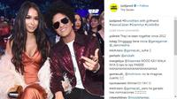 Lihat tampilan Bruno Mars yang bersinar di Grammy Awards 2018 dalam balutan jaket sequin. (Foto: instagram/justjared)
