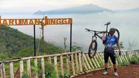 Kegiatan bersepeda bek Persiraja Banda Aceh, Asep Budi. (Bola.com/Permana Kusumadijaya)