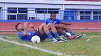 Dua pemain asal Brasil yang sedang seleksi di Persib Bandung, Wander Luiz dan Joel Vinicius. (Bola.com/Erwin Snaz)
