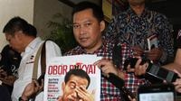Pemimpin Redaksi Tabloid Obor Rakyat Setyardi Budiyono memegang tabloid Obor Rakyat  seusai menjalani pemeriksaan di Bareskrim Mabes Polri, Jakarta, Senin (23/6). (ANTARA FOTO/Reno Esnir)