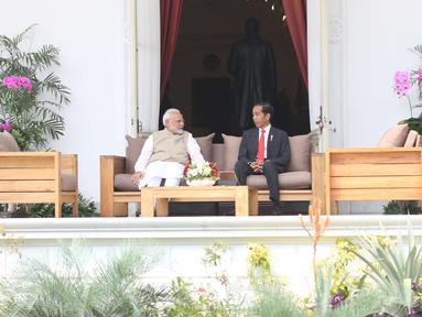 Presiden Joko Widodo berbincang dengan PM India, Narendra Modi di Istana Merdeka, Jakarta, Rabu (30/5). Pertemuan tersebut membahas kerja sama pertahanan, di antaranya terkait dengan meriam air buatan Pindad dan Tata Motors. (Liputan6.com/Angga Yuniar)