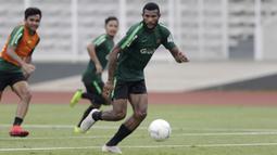 Pemain Timnas Indonesia U-22, Marinus Wanewar, mengejar bola saat latihan di Stadion Madya, Jakarta, Selasa (15/1). Latihan ini merupakan persiapan jelang Piala AFF U-22. (Bola.com/Yoppy Renato)