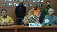 Foto: Kajati NTT, Dr. Yulianto saat menggelar konferensi pers (Liputan6.com/Ola Keda)