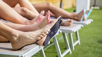 Alas kaki unik yang membuat nyaman saat bersantai dan membuat pemakai bebas seperti bertelanjang kaki