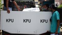 Petugas mendistribusikan logistik kotak suara Pilkada Depok 2020 di sejumlah RW Kecamatan Beji, Depok, Jawa Barat, Selasa (8/12/2020). Total, ada 4.049 kotak suara yang sedang didistribusikan ke TPS setempat dan di dalamnya terdapat 1.262.051 lembar surat suara. (Liputan6.com/Immanuel Antonius)