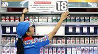 Petugas menempelkan papan peraturan penjualan rokok di gerai Indomaret, Jakarta, Selasa (3/11). Program untuk meningkatkan kesadaran masyarakat akan pelarangan pembelian produk tembakau oleh anak di bawah 18 tahun. (Liputan6.com/Immanuel Antonius)