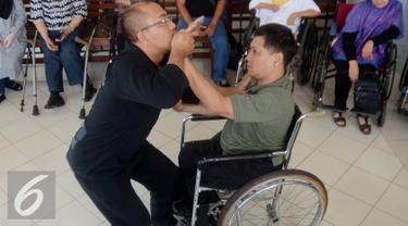 Seorang Penyandang  Cacat saat berlatih bela diri praktis di YPAC, Jakarta, Sabtu (6/8). Bela diri Praktis ini di harapkan mampu untuk menjaga diri khususnya penyandang cacat dari segala bentuk serangan dan ancaman kejahatan. (Liputan6.com/Johan Tallo)