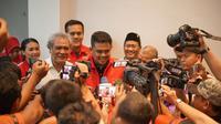 Menantu Presiden Joko Widodo atau Jokowi itu mendatangi Kantor Dewan Perwakilan Daerah (DPD) PDI Perjuangan Sumatera Utara (Sumut) di Jalan Letjend Djamin Ginting, Kota Medan.