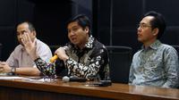 Ketua Steering Committee (SC) Piala Presiden 2018, Maruarar Sirait (tengah) memberi keterangan terkait permasalahan saat pelaksanaan final turnamen Piala Presiden 2018 di Stadion GBK, Jakarta, Senin (19/2). (Liputan6.com/Helmi Fithriansyah)