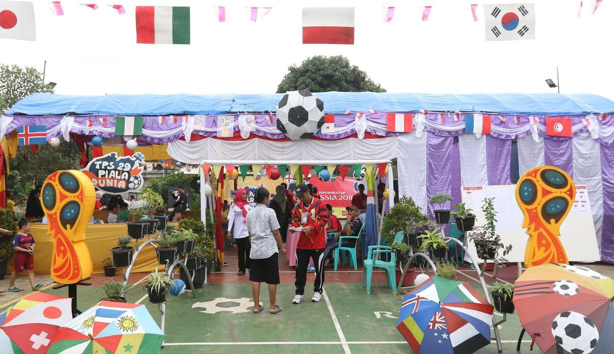 Aktivitas di TPS 29 Gandasari yang bertema Piala Dunia pada Pilkada Serentak 2018 di Kota Tangerang, Rabu (27/6). TPS ini membuat warga yang menggunakan hak pilih untuk Pilkada Kota Tangerang merasakan sensasi Piala Dunia 2018. (Liputan6.com/Angga Yuniar)