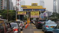Kepadatan lalu lintas saat penerapan dengan kartu e-Toll di gerbang tol Semanggi 2, Jakarta, Selasa (31/10). Mulai hari ini, pembayaran di jalan tol Indonesia dilakukan sepenuhnya secara nontunai menggunakan uang elektronik. (Liputan6.com/Angga Yuniar)