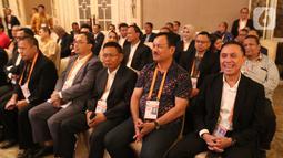 Komjen Pol Mochamad Iriawan atau Iwan Bule (kanan) saat pembukaan Kongres Luar Biasa (KLB) PSSI di Jakarta, Sabtu (2/11/2019). Mochamad Iriawan resmi menjabat sebagai Ketua Umum PSSI periode 2019-2023 dengan raihan suara mutlak 82 dari jumlah voters 85. (Liputan6.com/Herman Zakharia)